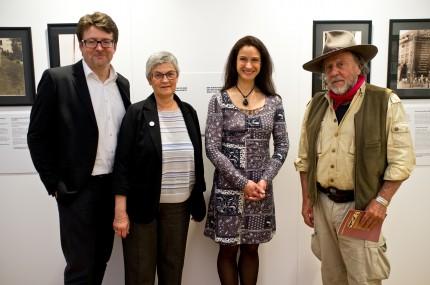Andreas Roll (Initiativensprecher), Judith Rhodes (Tochter einer Ludwigshafener Geflohenen), Nicole Mercier (Sängerin), Gunter Demnig (Künstler) (Foto: Gerd Michaelis)